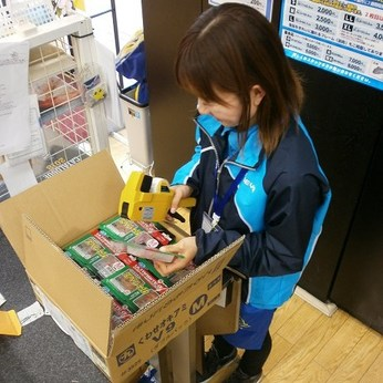 オープン前の店舗内で商品の検品・値付け・品出し・陳列・整理と清掃作業のお仕事です